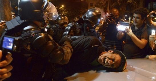 17jul2013---manifestante-e-detido-pela-policia-durante-protesto-proximo-a-residencia-do-governador-do-rio-de-janeiro-sergio-cabral-pmdb-na-noite-desta-terca-feira-17-1374160349049_956x500