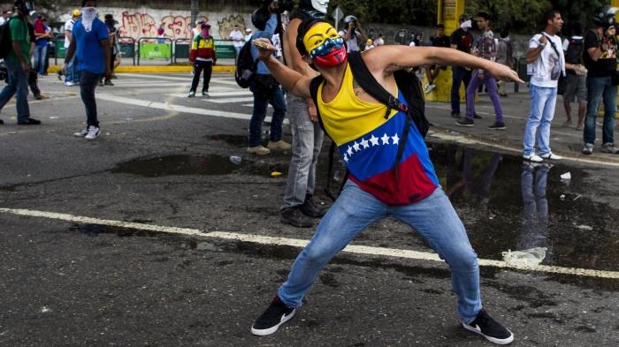 27fev2014---jovens-entram-em-confronto-com-a-guarda-nacional-bolivariana-durante-protesto-contra-o-governo-nicolas-maduro-em-caracas-na-venezuela-nesta-quinta-feira-27-manifestacoes-a-favor
