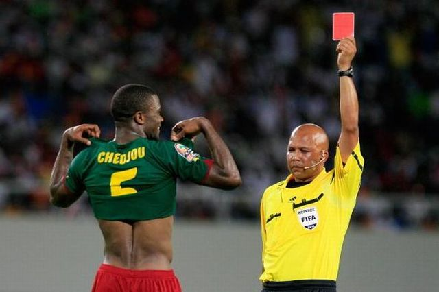 Funny-Referee-Pictures-Unusual-Situations